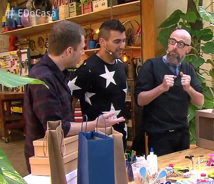 Fernando Gomes explica como fazer os brinquedos para Tiago e André (Foto: TV Globo)