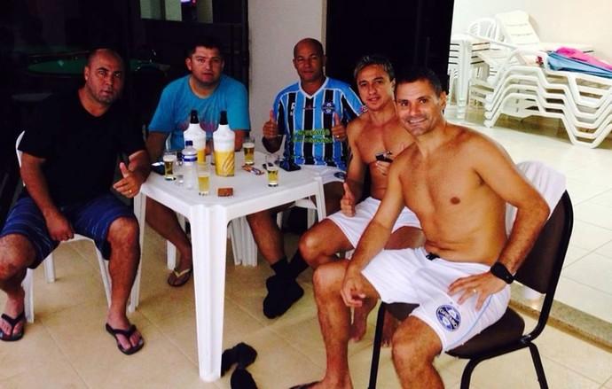 Magno na cervejinha com os ex-gremistas Arilson, Carlos Miguel, Dinho e Paulo Nunes (Foto: Arquivo Pessoal)