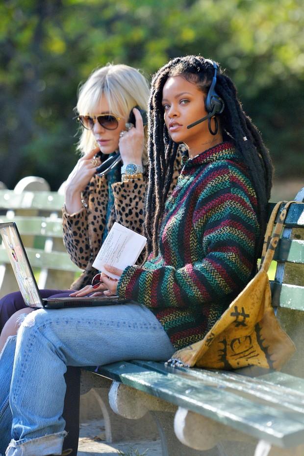 Cate Blanchett e Rihanna em set de filmagens em Nova York, nos Estados Unidos (Foto: AKM-GSI/ Agência)