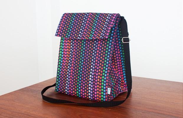 Modelo Tupã (R$ 69,90), da Japonique (http://www.japonique.com.br/) | Tem fecho em velcro, bolsinho traseiro e alça em nylon regulável, que permite carregar a lancheira a tiracolo (Foto: Divulgação)