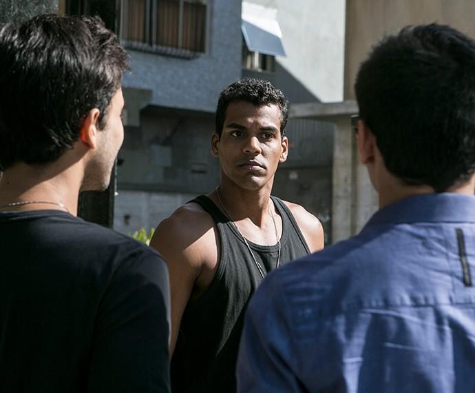 Em Babilônia, Ivan é vítima de cyberbullying (Foto: Inácio Moraes/Gshow)