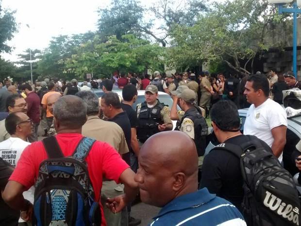 Dezenas de policiais militares compareceram ao enterro do cabo da PM assassinado no domingo (31) (Foto: Antônio Coelho / TV Globo)