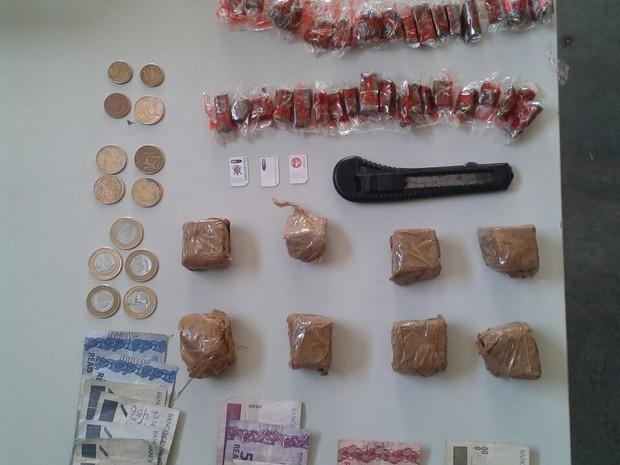 Droga estava escondida no lote vago. (Foto: Cabo Colares/PM)