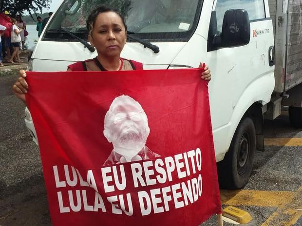 Para professora Eugênia Nogueira, permanência de Dilma no governo é respeito ao resultado das urnas; ela participa de ato no Polo de Lazer da Parangaba, em Fortaleza (Foto: Gioras Xerez/G1)