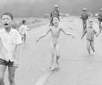 A menina Kim Phuc corre nua para fugir de um ataque com napalm | Nick Ut / AP
