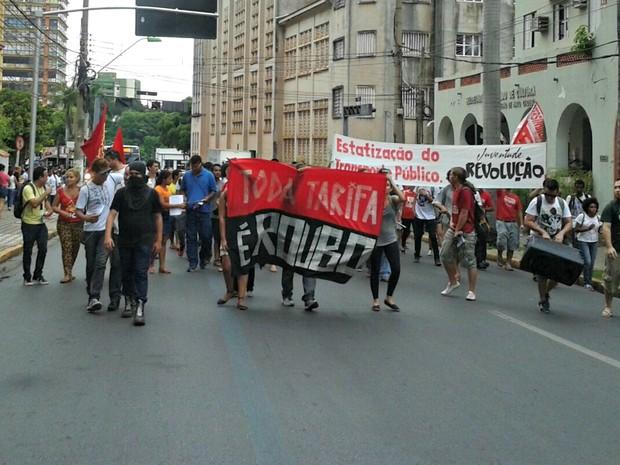 Manifestantes subiram a Avenida Getúlio Vargas, no centro da capital (Foto: André Souza/G1)