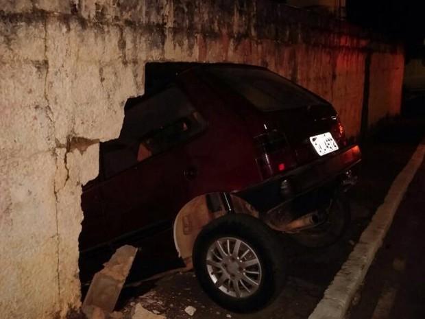 Carro entra dentro de casa em Pitangui (Foto: Cláudio Faria/ Arquivo Pessoal)