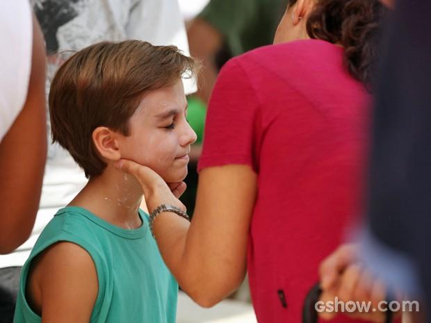 Vitor Figueiredo fica quietinho na hora de passar protetor solar (Foto: Carol Caminha/ TV Globo)