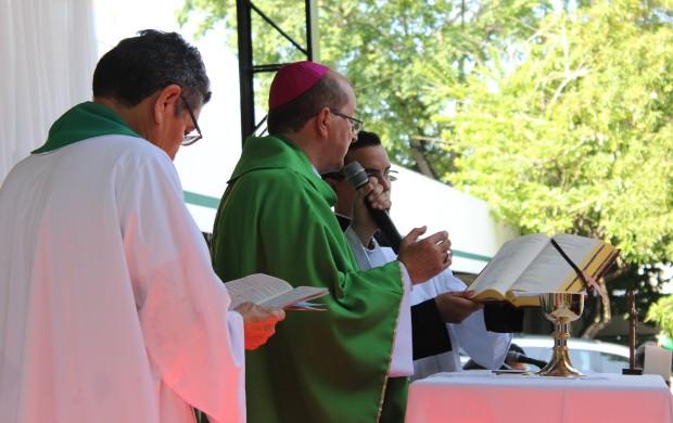 Dom Sérgio Castriani foi auxiliado pelo Padre Chicão (Foto: Katiúscia Monteiro/ Rede Amazônica)