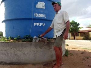 José Sabino de Medeiros Filho, de 49 anos, perdeu boa parte da criação de gado em São José do Seridó, RN (Foto: Anderson Barbosa/G1)