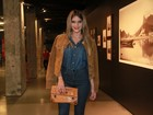 Isabella Santoni usa look jeans em première de filme no Rio