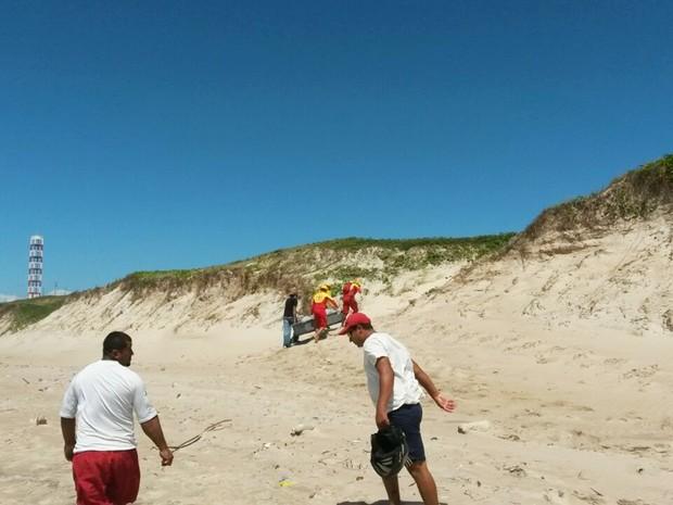 Corpo foi recolhido pelo Corpo de Bombeiros na praia de Maxaranguape, litoral Norte potiguar (Foto: Muriu Mesquita/Inter TV Cabugi)