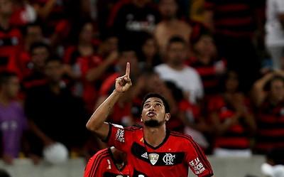 Hernane flamengo gol emelec (Foto: Agência EFE)
