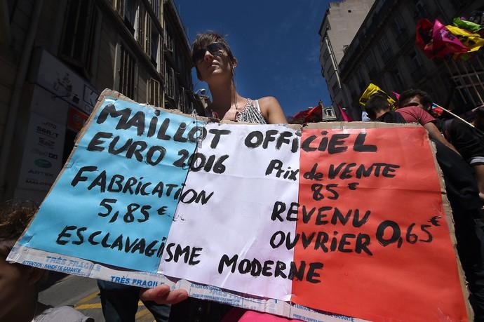 Bandeira da França pintada em protesto contra as reformas trabalhistas (Foto: BORIS HORVAT / AFP)