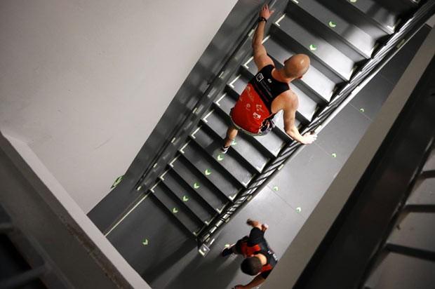 Corredores sobem as escadarias do Empire State nesta quarta-feira (5) em Nova York (Foto: Jason DeCrow/AP)