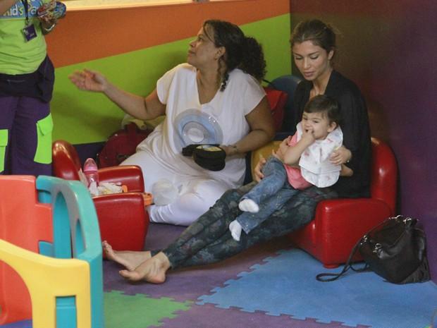Grazi MAssafera com a filha em shopping do Rio (Foto: Dilson Silva / AgNews)