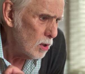 O patriarca da família De Angeli se desespera (Foto: TV Globo)