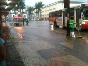 O temporal de 15 minutos alagou ruas no Centro de Petrópolis (Foto: Michel da Silva)