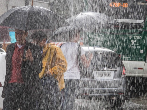 Forte chuva atinge a região da avenida Paulista na tarde desta quarta-feira; acompanhada de granizo, tempestade durou poucos minutos e contou com ventos fortes. (Foto: CARLA CARNIEL/FRAME/FRAME/ESTADÃO CONTEÚDO)