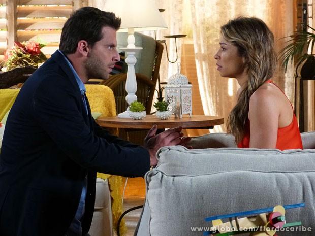 Cassiano tenta acalmar Ester (Foto: Flor do Caribe / TV Globo)