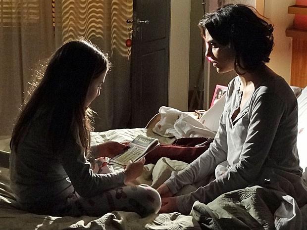 Clara reconhece Zenóbio em jornal (Foto: Amor Eterno Amor/TV Globo)