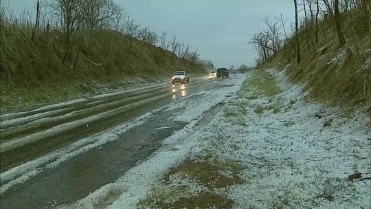 Gelo se acumula sobre telas de viveiro após chuva em MG; fotos