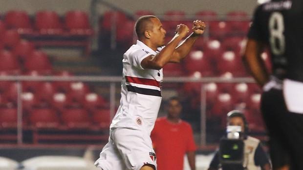 Luis Fabiano comemora gol contra a Ponte (Foto: Rubens Chiri / saopaulofc.net)
