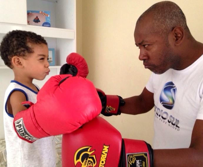 Davi e seu pai em uma 'disputa' de boxe (Foto: Arquivo pessoal)