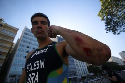 Diogo Sclebin se machuca na prova de ciclismo do evento-teste no Rio de Janeiro (Foto: Cleber Akamine)