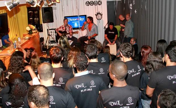 Victor e Leo cantam para os funcionários da Som Livre (Foto: Isac Luz/EGO)