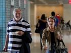 Tarcísio Meira e Glória Menezes embarcam em aeroporto do Rio
