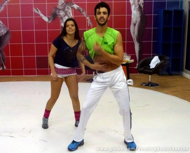 Gusttavo Lima sensualiza durante o ensaio do Dança dos Famosos (Foto: Domingão do Faustão / TV Globo)
