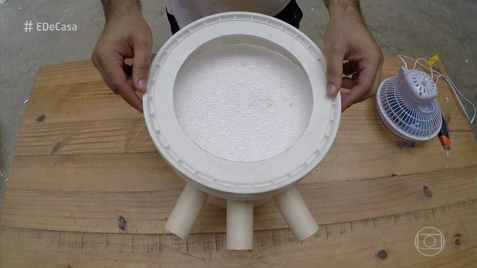 Encaixe a tampa do balde. (Foto: TV Globo)