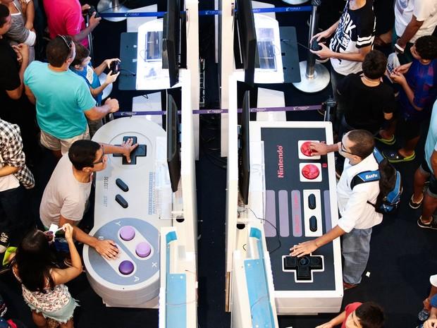 Controles clássicos da Nintendo em formato gigante estavam disponíveis ao público (Foto: Jonathan Lins/G1)
