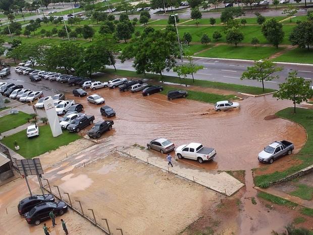 É preciso cautela para atravessar trechos alagados como este que se formou em Palmas após a chuva desta segunda (9) (Foto: Sérgio Augusto Lorentino/Acervo pessoal)