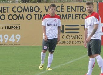 Otávio volta aos treinos no Inter (Foto: Tomás Hammes/GloboEsporte.com)