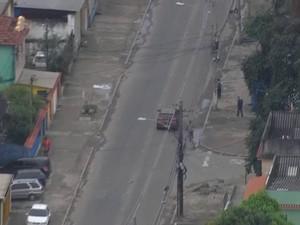 Imagens mostram assaltantes rendendo os motoristas em Honório Gurgel (Foto: Reprodução/TV Globo)