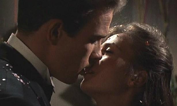 """Os beijos entre Warren Beatty e Natalie Wood (1938-1981) em 'Clamor do Sexo' (1961) trouxeram uma importante """"inovação"""": pela primeira vez um filme de Hollywood mostrou as línguas em meio aos beijos, o que conferia mais realismo e um pouco mais de sensualidade às cenas. (Foto: Reprodução)"""