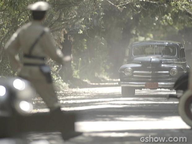 Policiais interceptam a fuga no meio da estrada (Foto: Joia Rara/ TV Globo)