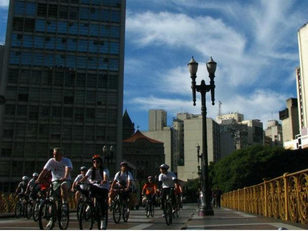 Pedalada guiada por Bike Anjos no Centro histórico de São Paulo (Foto: Divulgação / Bike Anjo)