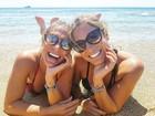Bia e Branca Feres posam sorridentes na Grécia