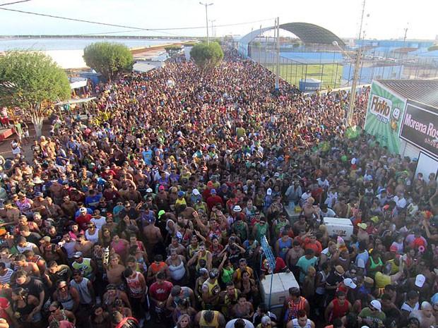 Milhares de pessoas lotam as ruas de Macau durante o carnaval (Foto: Canindé Soares)