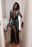 Alinne Rosa abusa do decote para ir a baile de gala em São Paulo