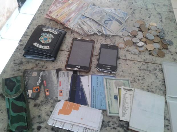 Materiais recuperados pela polícia (Foto: Michelly Oda / G1)