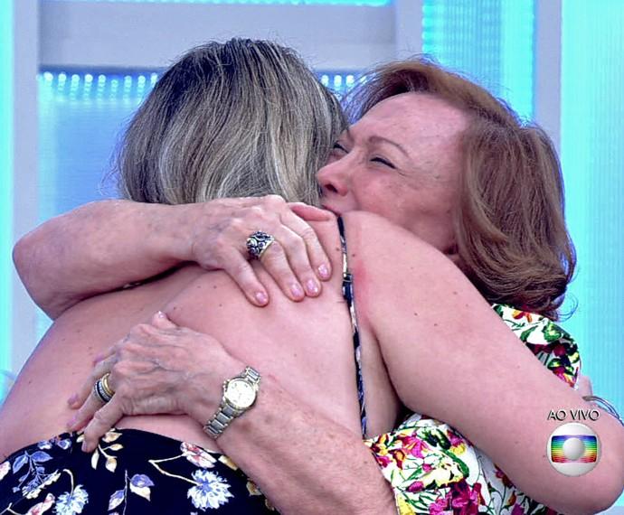 Nicette Bruno recebe abraço carinhoso da neta, Vanessa (Foto: TV Globo)