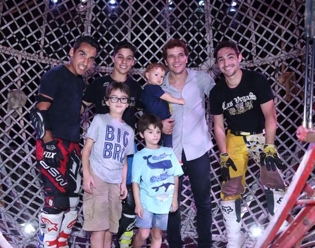 A família com os motoqueiros do Globo da Morte (Foto: AgNews / Anderson Borde)