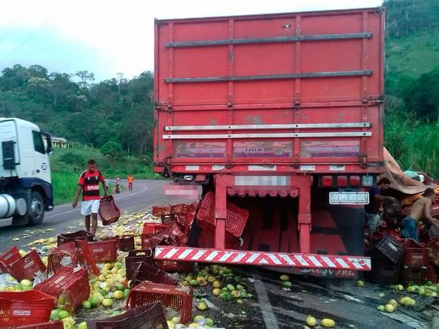Acidente ocorreu na madrugada deste sábado (26), na BR-101 (Foto: Divulgação/ PRF)