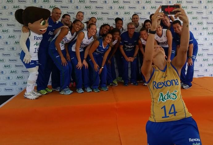 Fabi tira selfie com o restante do time do Rio de Janeiro (Foto: Marcello Pires)