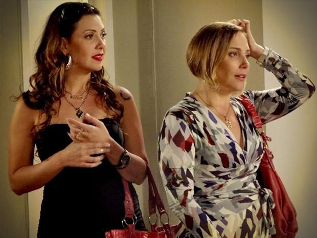 Monalisa fica sem saber se acredita na perua (Foto: Avenida Brasil/TV Globo)