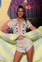 Alessandra Ambrósio desfila com as pernas à mostra na Espanha